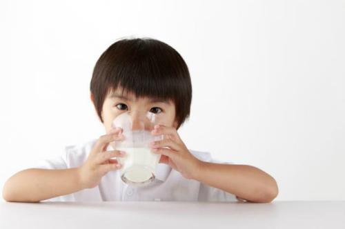 child-drinking-milk-9391-1426557328.jpg
