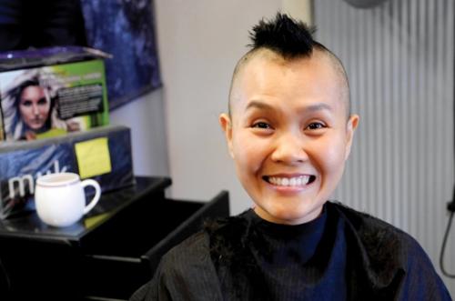 Không đợi đến khi tóc rụng, Khánh Thương, nữ giảng viên bị ung thư vú giai đoạn cuối đến tiệm cạo đầu rồi gửi tặng mái tóc đến tổ chức từ thiện chuyên làm tóc cho trẻ em bị hói bẩm sinh.