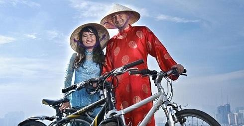 Đôi tình nhân đạp xe từ TP HCM đến Paris chống biến đổi khí hậu