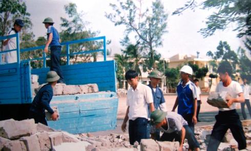 Hai cha con lính hải quân xây nhà trên đảo Trường Sa