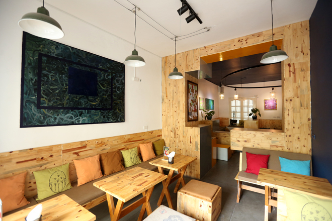 Quán cà phê có nội thất từ ống giấy, gỗ pallet