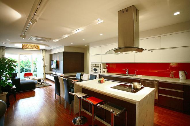 Kính ốp bếp (giữa tủ trên và tủ dưới) đa dạng về sắc màu hơn các loại gạch ốp thông thường.