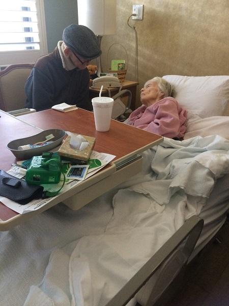 Ngày qua ngày, tuổi cao cùng cơn bệnh mang trong người không ngăn được bước chân cụ ông 85 tuổi tới bên vợ để tâm sự với nhau về chuyện đời. Ảnh: Reddit