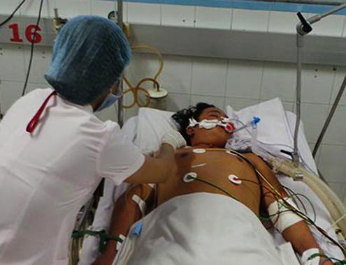 Bệnh nhân sốt xuất huyết đang được các y, bác sĩ điều trị ở phòng hồi sức đặc biệt. Ảnh:T.D.