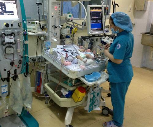 50 giờ lọc máu cứu cháu bé 5 ngày tuổi