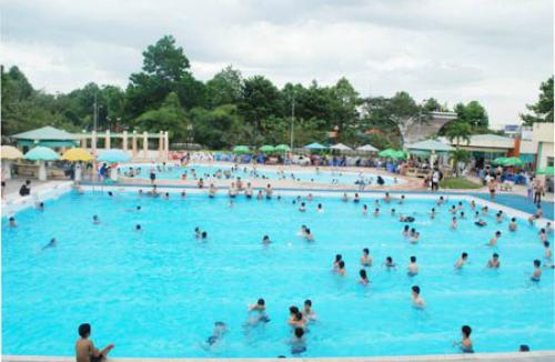 Thời tiếtnắng nóng, địa điểm vui chơiyêu thích của nhiều ngườilà các hồ bơi. Ảnh: Mai Huy.