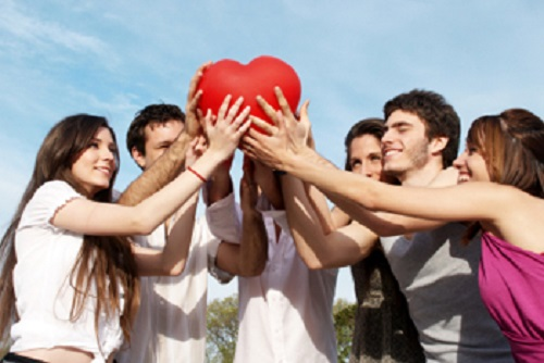 Tăng cường giao lưu với bạn bè người thân giúp bạn tăng cơ hội sống lâu hơn. Ảnh: themordernman.com