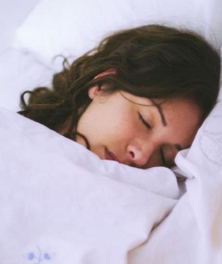 Ngủ đủ giấc để hạn chế nguy cơ lão hóa da và não bộ. Ảnh: realsimple.com