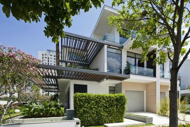 Các ô cửa sổ hướng ngoại được bổ sung giúp diện tích ngôi nhà thêm phần rộng rãi và ấn tượng.