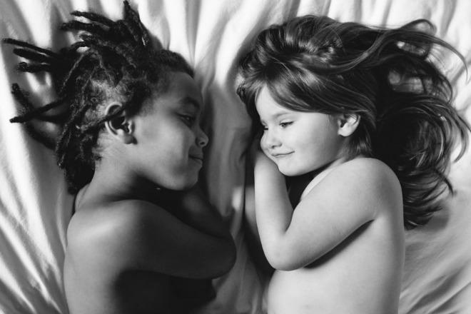Tình chị em của hai cô bé khác màu da