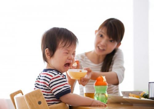 Trẻ biếng ăn cần được ngồi chung bữa cơm với cả nhà