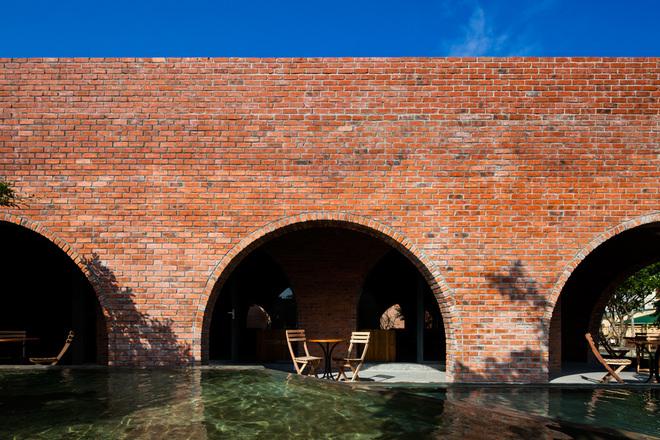 Chủ đầu tư mong muốn một công trình lạ, độc phù hợp với điều kiện thời tiết của Quảng Bình. Quán được xây dựng trên diện tích 217 m2 dựa vào những khái niệm cơ bản nhất của sự tối giản. Gạch, bê tông trần, sàn đá rửa, cây xanh và mặt nước đủ tạo nên một không gian cô đọng và cảm xúc.