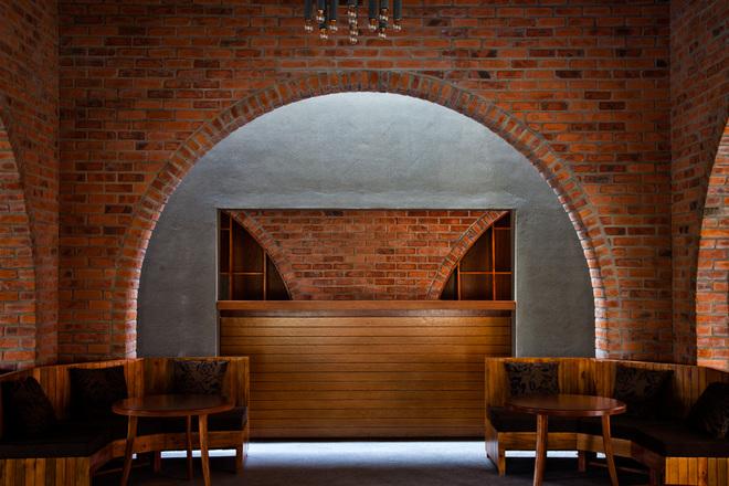 Về ánh sáng nhân tạo, kiến trúc sư muốn nhấn mạnh hơn những vòm gạch trần trong đêm bằng cách sử dụng đèn hắt nền.
