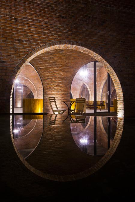 Những góc nhìn xuyên qua vòm, hình ảnh phản chiếu xuống nước của công trình tạo ấn tượng về mặt thị giác.
