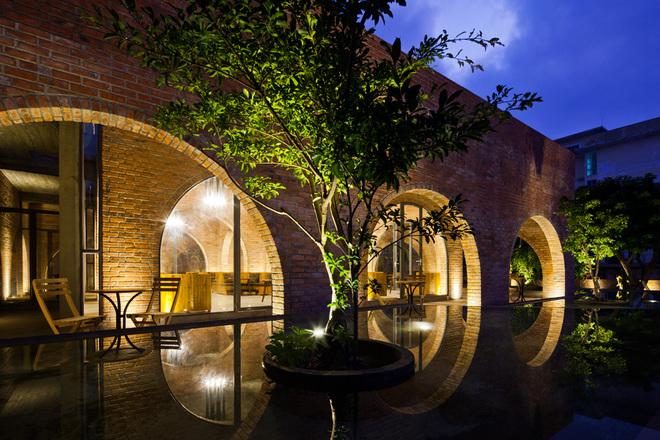Sự chân phương của công trình kết hợp với mặt nước, cây xanh tạo ra không gian đầy cảm xúc.