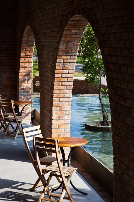 Vòm gạch lấy cảm hứng từ cổng làng xưa của các miền quê, ngay cả ở TP Đồng Hới vẫn còn.
