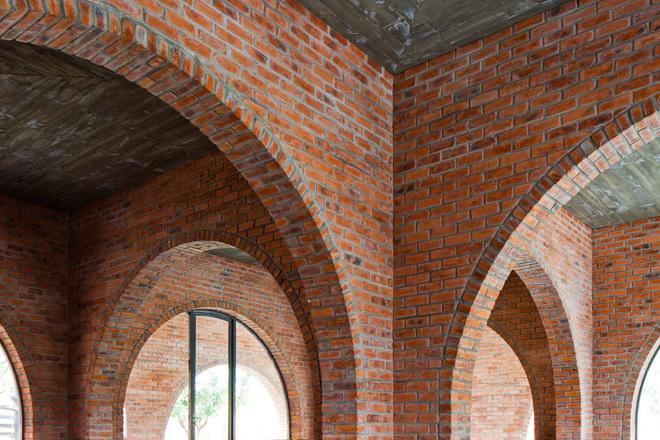 Để ngăn mưa gió, vòm phía ngoài thấp hơn vòm trong, chiều rộng và bán kính cong là ngang nhau.