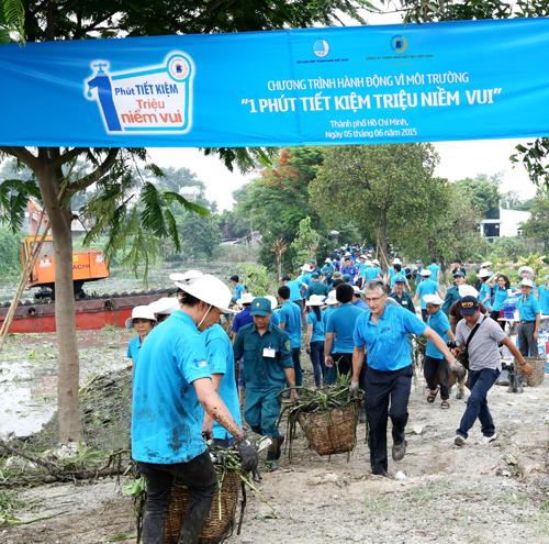Đại diện VBL tích cực tham gia cùng các tình nguyện viên khơi thông dòng chảy, bảo vệ nguồn nước.