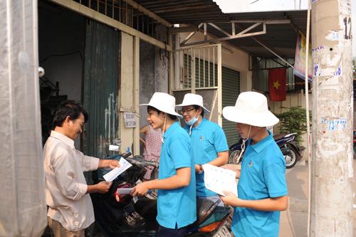 Gần chục nghìn tờ bướm của chương trình đã được các tình nguyện viên gửi đến tận tay người dân quận 12, TP HCM.