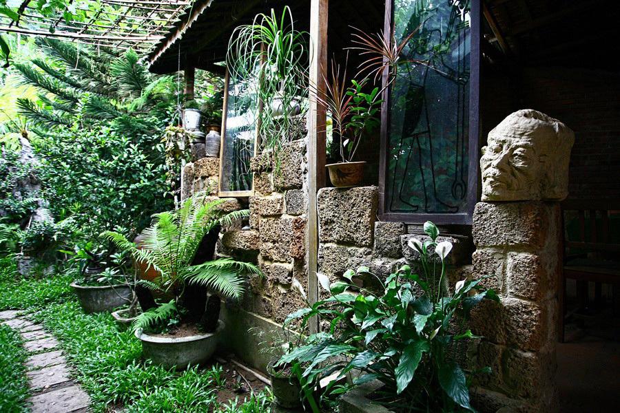 Quán cà phê mộc mạc giữa vườn cây xanh