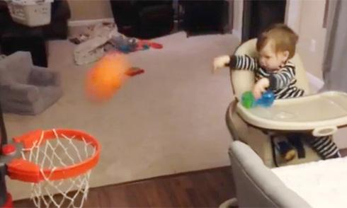 Cậu bé mới biết đi có tài ném bóng rổ