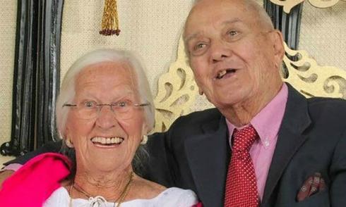 Đôi vợ chồng chung sống 75 năm và chết trong vòng tay nhau