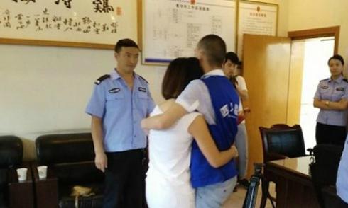 Cô gái 50 lần cầu hôn để được cưới bạn trai đang đi tù