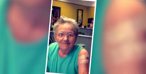 Cụ bà 79 tuổi theo cháu đi xăm mình