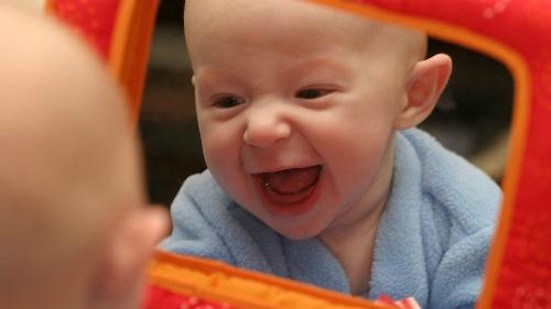 Chọn đồ chơi giúp trẻ sơ sinh phát triển các giác quan