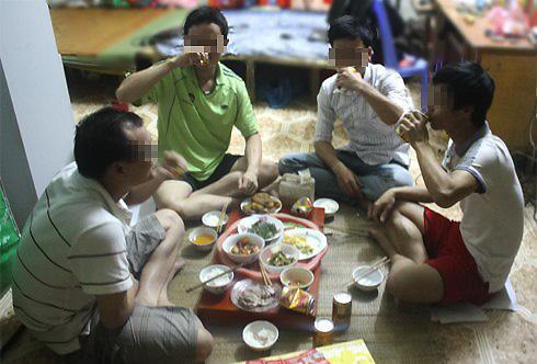 Nhiều ông chồng ham nhậu tới mức quên hết trách nhiệm với gia đình. Ảnh minh họa: Phan Dương.