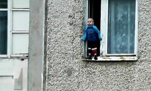 Mẹ bất cẩn, con trai leo ra đứng ở gờ cửa sổ chung cư tầng 8