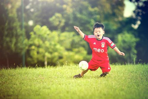 """Bóng đá là môn thể thao vận độngđược nhiều bé yêu thích nhấtkhi gửi bài dự thi về chương trình """"Bé cao khỏe"""". Đây cũng là hoạt động ngoài trời giúp bé Gold của mẹ Thùy Nhiên tăngthêm gần 12cm chiều caotrong vòngmột năm."""