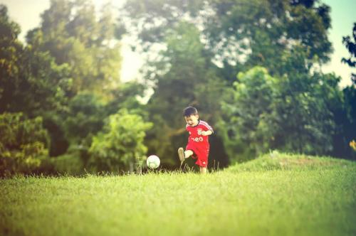 Bóng đá không chỉ rèn luyện sức khỏe, phát triển chiều cao, tăng cường khối cơ xương linh hoạt, mà còn dạy trẻ nhiều bài học cuộc sống thú vị, kỹ năng làm việc nhóm, tinh thần cầu tiến và vượt khó.