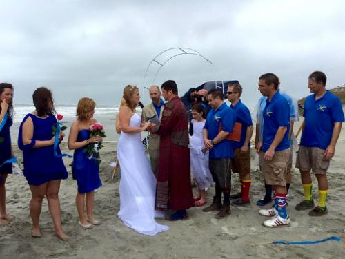 Các phù dâu và phù rể đều bị ướt cùng cô dâu chú rể. Ảnh: People.