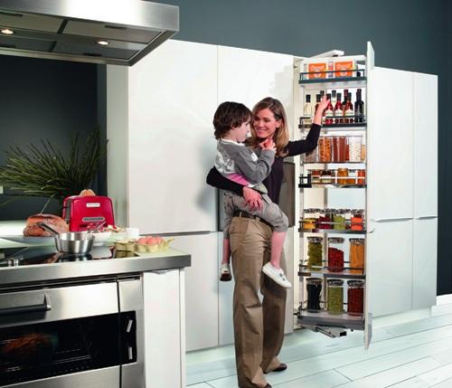 Thiết kế tối ưu không gian bếp bằng các tủ chứa đồ và ngăn kéo.