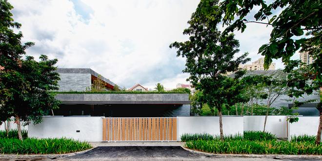 Đây là không gian sống của một cặp vợ chồng đã nghỉ hưu và một trong những người con của họ. Bởi vậy, kiến trúc sư đưa ra giải pháp hai ngôi nhà để bố mẹ và con có cuộc sống độc lập riêng nhưng vẫn có sự liên kết mật thiết