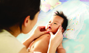 Massage giúp bé phát triển toàn diện