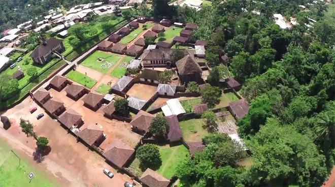 Dinh thự có 50 căn nhà lợp ngói của vua 100 vợ