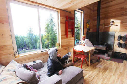 Nhìn bên ngoài, nhà rất nhỏ nhưng bên trong là không gian sống thoải mái, ấm áp nhờ chất liệu gỗ và các khung cửa nhìn ra rừng cây bên ngoài.