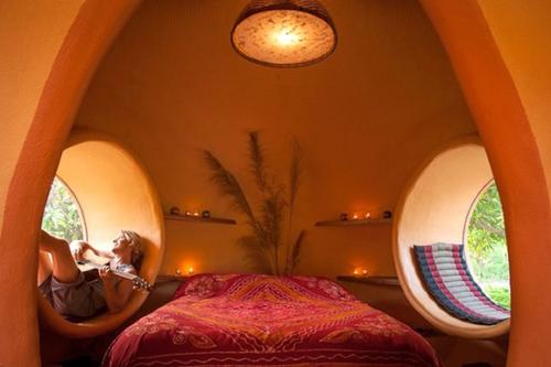 Nơi ở xinh xắn của Areen gồm những khối hình tròn xây bằng gạch. Phòng ngủấm cúng với những chiếc cửa sổ lớn. Chủ nhà đặt thảm để có thể nằm dài thư giãn, đọc sách và chơi đàn. (Xem cả nhà).