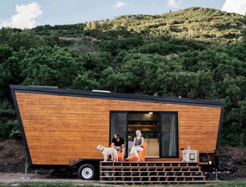 Brian và Joni Buzarde (người Mỹ) là những người thích du lịch khắp nơi. Bởi vậy, khi quyết định sống cùng nhau, họ đã thiết kế ra tổ ấm di động rộng 21 m2 từ một chiếc xe kéo.