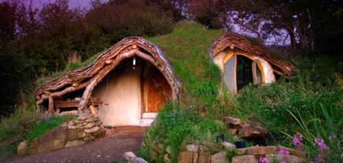 Với các fan của bộ phim Chúa tể những chiếc nhẫn, ngôi nhà này như hiện thực lại khung cảnh trong phim. Anh Simon Dale (xứ Wales) tạo ra những ngôi nhà được phủ đất, cỏ với các vật liệu đơn giản như gỗ, rơm...