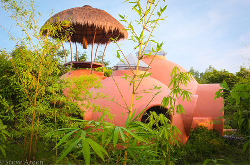 Được người bạn cho miếng đất ở giữa vườn xoài, anh Steve Areen (người Mỹ) tự mình xây ngôi nhà trong 6 tuần với tổng chi phí 9.000 USD.
