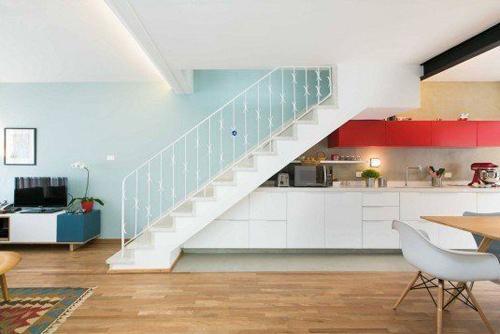 Tận dụng gầm cầu thang hẹp bố trí bếp tiện nghi