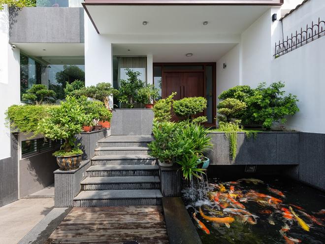 Ngôi nhà ở Sài Gòn bình yên với hai hồ cá cảnh
