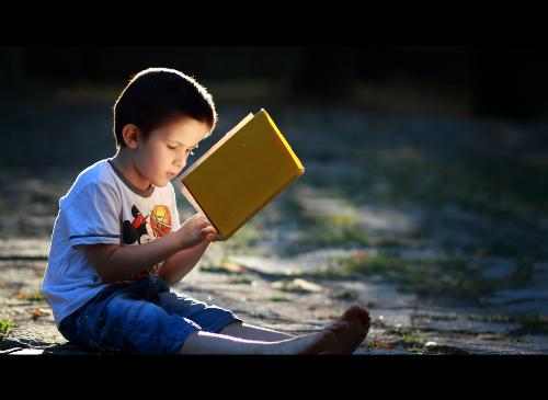 Bài học bất ngờ của ông bố đằng sau đồng tiền kẹp trong sách.