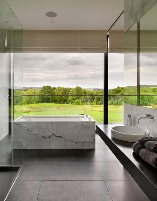 Phòng tắm vẫn riêng tư dù cửa sổ trong suốt
