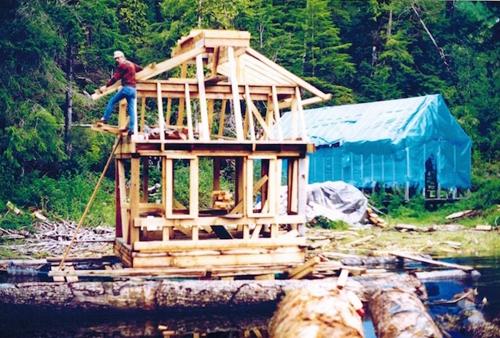 Cặp vợ chồng 20 năm làm nhà vườn trên vịnh