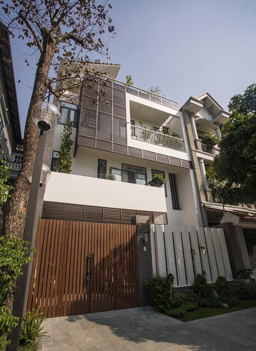 Ngôi nhà Sài Gòn xanh mát với vườn cây chuyển về từ nhà cũ