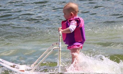 Bé gái 6 tháng tuổi lướt ván như bay trên sông